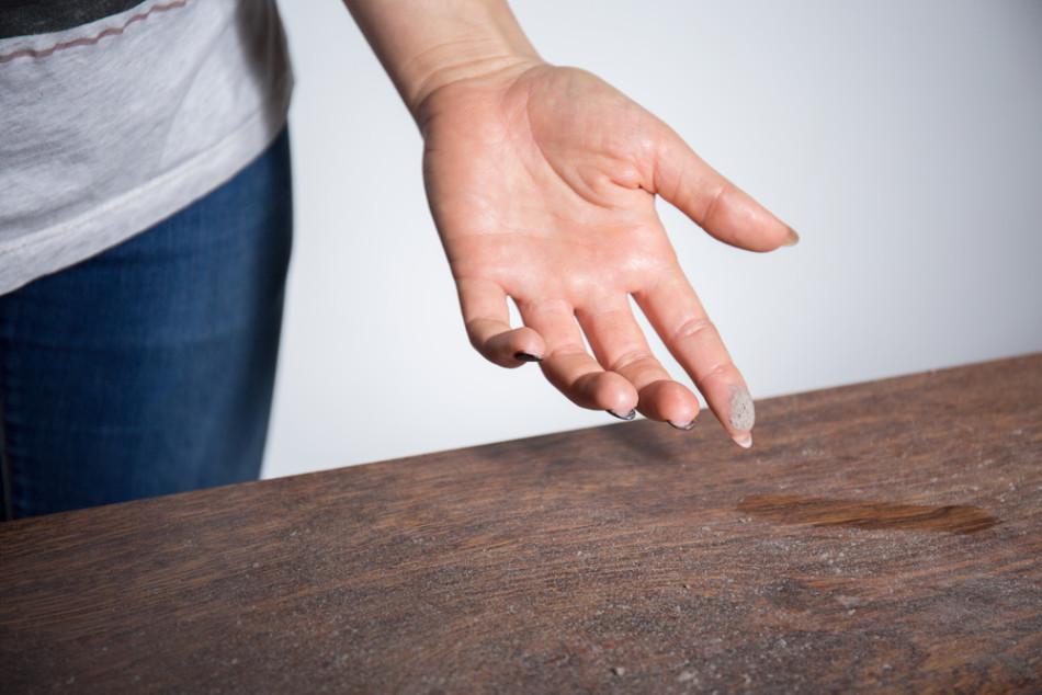 woman-wipes-dust-table-950x634.jpg